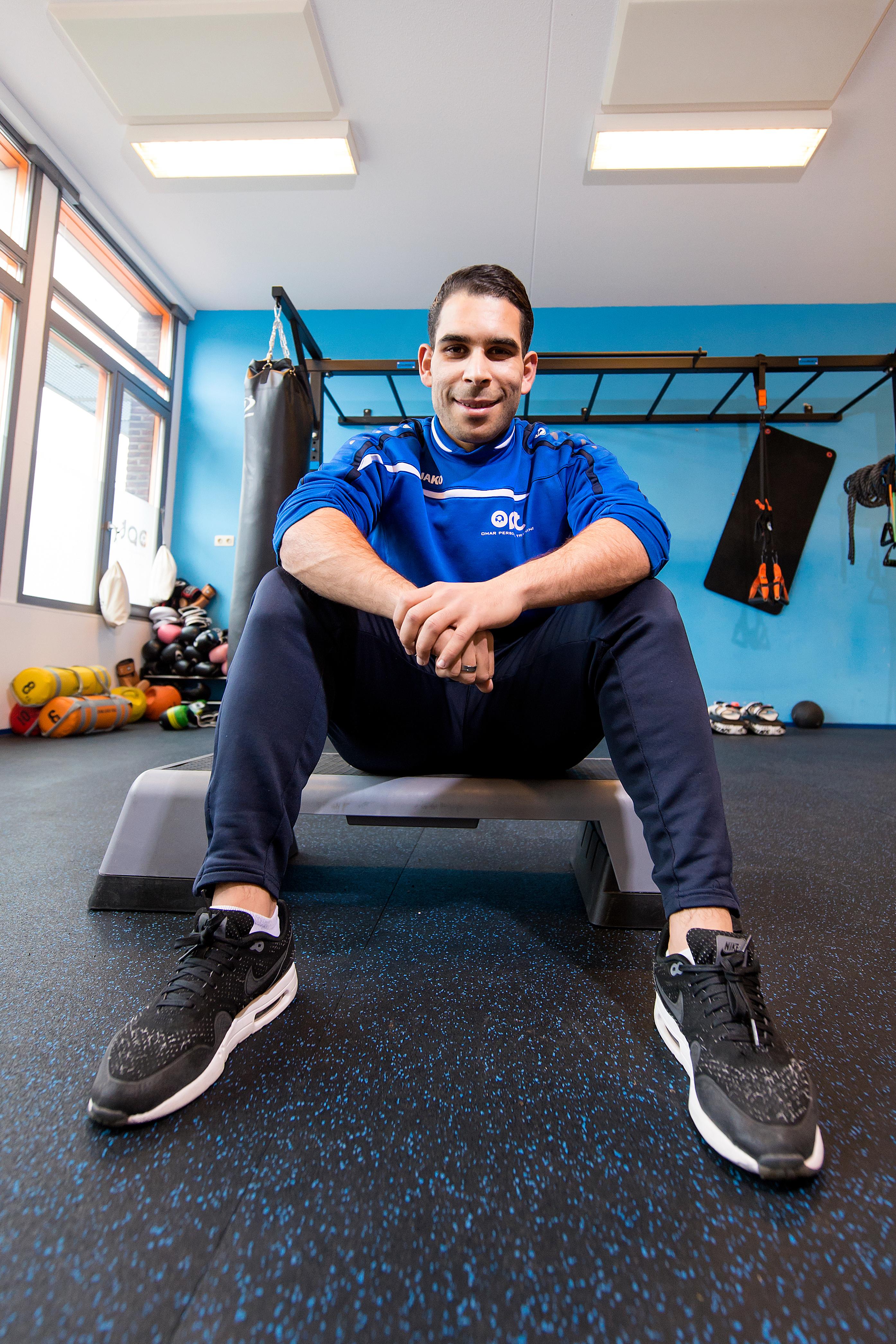 23-03-2016: OPT Omar El Haddioui  (L-R)  Personal trainer Omar El Haddioui van OPT aan het werk met de 8 jarige Faruk in zijn fitnessruimte in het Wateringse Veld